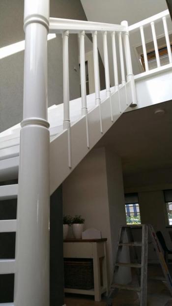 De trap weer strak in de lak